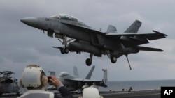 Arhiva - A Navy F/A-18 Hornet slijeće na nosač USS Carl Vinson tokom američko-korejskih vežbi, 14. marta 2017.