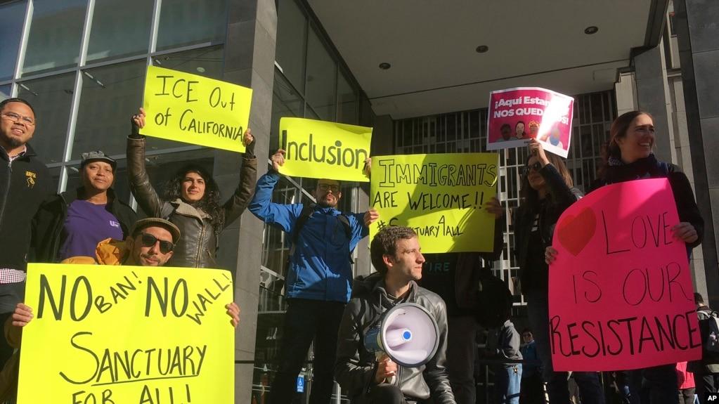 Người biểu tình bên ngoài tòa án hôm 14/4/17, nơi thẩm phán William Orrick ra phán quyết về vụ kiện chống lại sắc lệnh của Tổng thống Trump muốn ngăn tài trợ cho các thành phố 'dung chấp' di dân lậu.