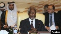 Kofi Annan (tengah) menghadiri pertemuan tingkat menteri Liga Arab membahas masalah Suriah di Doha, Sabtu (2/6).
