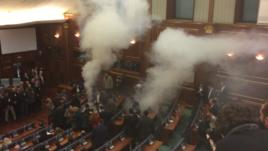 Skena të dhunës në parlamentin e Kosovës dhe jashtë tij