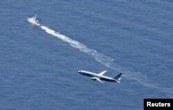 Kapal penjaga pantai Jepang dan pesawat militer AS melakukan upacara pencarian di lokasi yang diperkirakan merupakan tempat jatuhnya pesawat Jet tempur F-35 saat latihan 9 April 2019, di Aomori prefecture, Jepang.