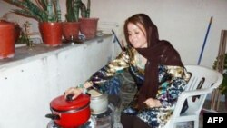 Một phụ nữ ở thủ đô Tripoli chế một lò nấu bằng than bằng bánh xe vì khí đốt bị cắt