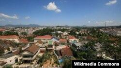 Quang cảnh Đà Lạt với những dãy núi phía xa bao bọc khu vực trung tâm thành phố.