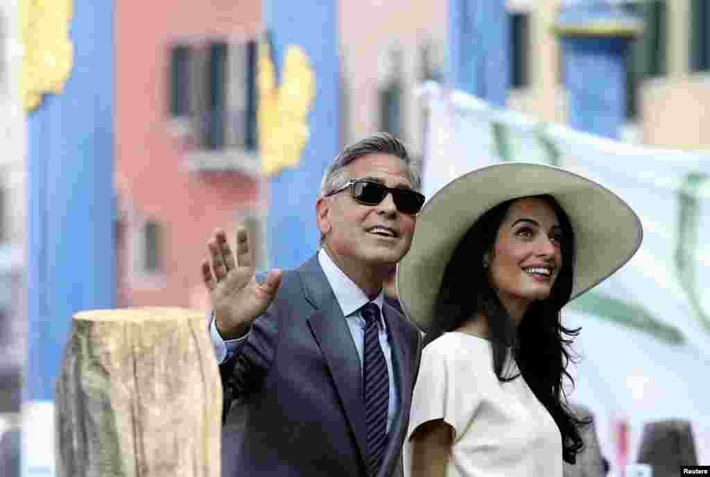 Aktyor Corc Kluni və xanımı Amal Alamuddin nikahlarını rəsmiləşdirmək üçün Venesiya şəhər idarəsindəki mərasimə gəlirlər. 29 sentyabr, 2014.