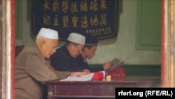 На фото: етнічні казахи моляться у мечеті в Уйгурському автономного регіоні Китаю