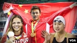 中國游泳運動員孫楊揮動中國國旗。(資料照片)