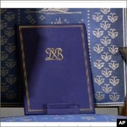 諾貝爾獎證書與獎章放在為劉曉波設置的空凳上