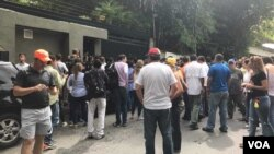 Supporters and media representatives are seen gathered outside the of home of opposition leader Leopoldo Lopez, in Caracas, Venezuela, July 8, 2017. (C. Alcalde/VOA Spanish)