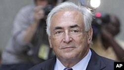 Dominique Strauss-Kahn (au centre) sortant du tribunal le mardi 23 août 2011, accompagné de sa femme Anne Sinclair et de son avocat Benjamin Brafman