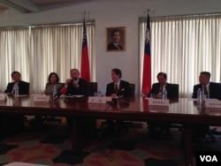 台湾立法委员代表团在台湾驻美代表处举行记者会,左起第三人为林郁方(美国之音 钟辰芳拍摄)