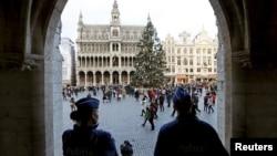 29일 벨기에 경찰이 수도 브뤼셀의 그랜드 펠리스에서 경계근무를 서고 있다.