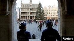 Des policiers belges montent la garde sur la Grande Place de Bruxelles, 29 décembre 2015.