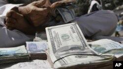 مقام های مالی افغانستان می گویند که ارزش دالر در بازارهای جهانی افزایش یافته است