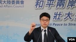 台湾陆委会副主委兼发言人邱垂正在4月19日的记者会上。 (美国之音杨明拍摄)