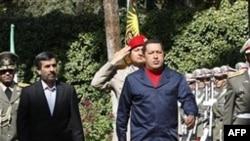 Tổng thống Venezuela Hugo Chavez và Tổng thống Iran Mahmoud Ahmadinejad duyệt đội quân danh dự tại Tehran, ngày 19/10/2010