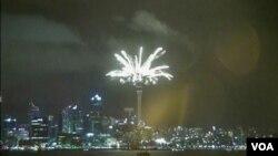 """新西蘭是全球進入 2015 年的第一批國家之一,奧克蘭地標 """" 天空塔 """" 巨鐘倒計時迎接新年。 舉行大型焰火表演。(視頻截圖)"""