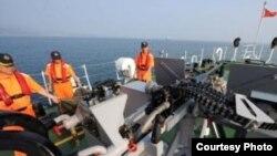 台湾海巡船在钓鱼岛附近海域实弹演练,展示护渔决心。(图片来源:中央社)