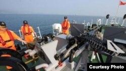 台灣海巡船在釣魚島附近海域實彈演練,展示護漁決心。