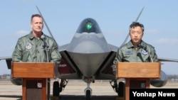 테런스 오샤너시 주한 미 7공군사령관(왼쪽)과 이왕근 한국 공군작전사령관(오른쪽)이 17일 F-22 랩터 4대가 오산공군기지에 도착한 후 공동 기자회견을 하고 있다.