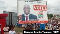 Une affiche électorale à Abidjan, en Côte d'Ivoire, le 30 septembre 2018. (VOA/Georges Ibrahim Tounkara)