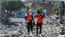 فلسطینی ها خسارات وارده از حمله هوایی اسراییل را به یک اردوگاه آموزشی حماس بررسی می کنند. غزه ۲۱ اوت ۲۰۱۱