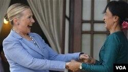 امریکی وزیر خارجہ ہلری کلنٹن (بائیں) اور برمی راہنما آنگ ساں سوچی