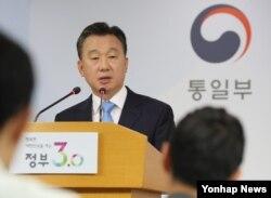 정준희 한국 통일부 대변인이 17일 통일부 브리핑룸에서 태영호 영국주재 북한공사의 망명 및 한국 입국사실을 밝히고 있다.