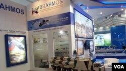2013年莫斯科航展上的俄印博拉莫斯导弹合资公司展台,以及车载博拉莫斯导弹模型。