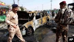 Lực lượng an ninh Iraq tại hiện trường vụ đánh bom xe ở Basra, ngày 20/5/2013.