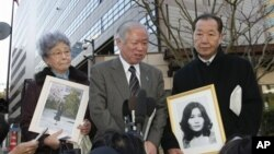 이즈카 시게오 납북피해자 가족회 회장(오른쪽)과 피해 가족들. 2009년 일본 도쿄에서 가진 기자회견. (자료사진)