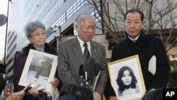 지난 2009년 일본 도쿄에서 기자회견 중인 이즈카 시게오 납치피해자가족회 회장(오른쪽)과 요코타 메구미의 가족들. (자료사진)