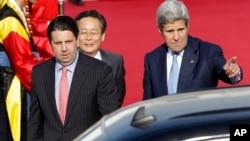 2015年5月17日美国国务卿克里(右)从中国到达首尔军用机场。左前为美国驻韩国大使李柏特