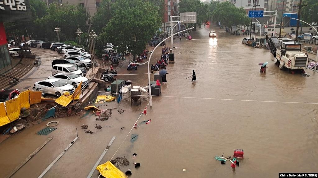 河南郑州市暴雨后洪水泛滥的街道 (2021年7月20日)(photo:VOA)