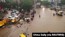 Poplavljeni put u gradu Žengžu u provinciji Henan, 20. juna. (Foto: China Daily via REUTERS)