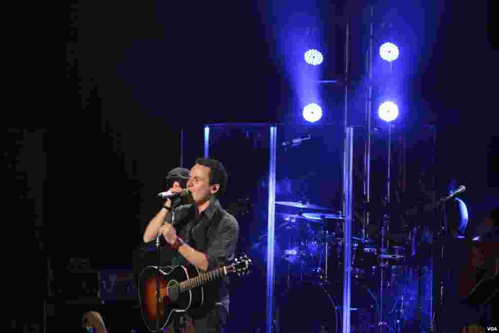 Fonseca expresó durante su concierto que es un admirador de su compatriota y colega Carlos Vives.