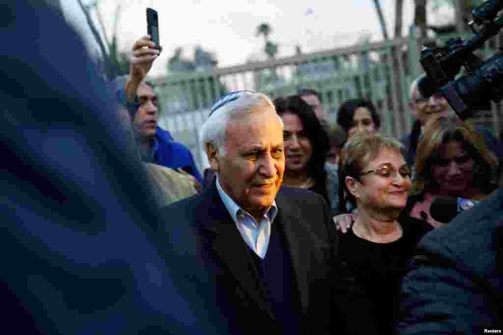 رئیس جمهوری پیشین اسرائیل که به جرم مزاحمت جنسی و تجاوز جنسی زندانی بود، روز چهارشنبه بعد از پنج سال از زندان آزاد شد. موشه کاتساو ۷۱ ساله، هشتمین رئیس جمهوری اسرائیل بود که از سال ۲۰۱۱ زندانی شده بود.