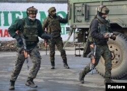 인도군들이 18일 자군과 카슈미르 반군 간 교전이 벌어진 현장에 도착했다.