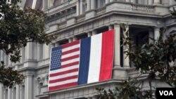 為迎接法國總統奧朗德, 白宮艾森豪威爾行政樓掛出美法兩國國旗。(2014年2月7日)