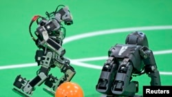روبات ها در حال بازی فوتبال در لیگ کودکان و نوجوانان در مسابقات روبوکاپ ۲۰۱۴ آلمان – ۱۴ فروردين ۱۳۹۳