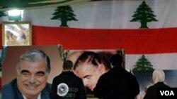 Personas en el Líbano rinden tributo al fallecido ex primer ministro Rafik Hariri. la investigación de su asesinato será tema de conversación entre Obama y su hijo Saad Hariri.