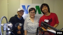 Wayan Alit Sudarsana (left) and Emman Marpaung (right) pose for a photo after their radio interview with VOA Indonesian broadcaster Hanum Tyagita (center).