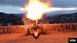 Trenutak pucnja iz ramazanskog topa iznad Sarajeva