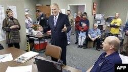 Guverner Ohaja Ted Striklend razgovara sa predstavnicima sindikata koji podržavaju njegov ponovni izbor