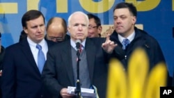 Слева направо: Крис Мерфи, Джон Маккейн и Олег Тьянибок. Архивное фото, 15 декабря 2013г.