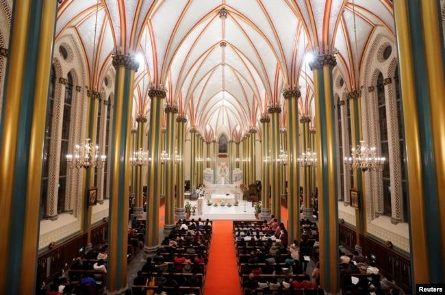 2018年12月24日,圣诞节前夕的北京西什库大教堂(也称为北堂)里,教徒参加弥撒。