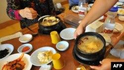 Semangkuk sup ayam dengan ginseng disajikan di restoran di Geumsan, Seoul, Korea Selatan, 6 September 2008. (Foto: AFP)