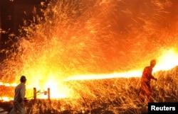 中国大连一座钢铁厂的工人在工作(2015年3月16日)