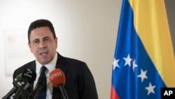 时任委内瑞拉副外长的蒙卡达在委内瑞拉驻纽约领事馆举行的记者会上讲话。(2017年4月28日)