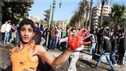 نوجوان مصری که در جریان درگیری با نیروهای امنیتی در میدان تحریر زخمی شده است. قاهره ۲۷ آذر ماه ۱۳۹۰