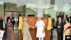بھارت اور بنگلہ دیش کے وزرائے اعظم نے جمعے کو مغربی بنگال کے شہر شانتی نکیتن میں 'بنگلہ دیش بھون' کا افتتاح کیا۔